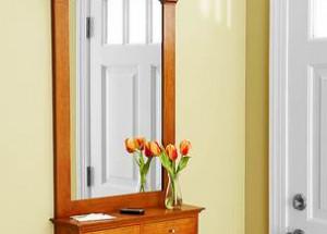Настенное деревянное зеркало с полкой