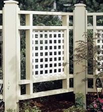 Красивый забор из дерева между добрыми соседями