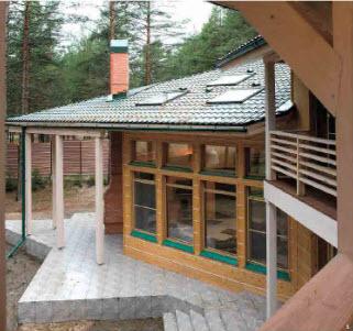 Разнообразие цветов металлочерепицы позволяет подобрать ее в тон окружающих дом деревьев.
