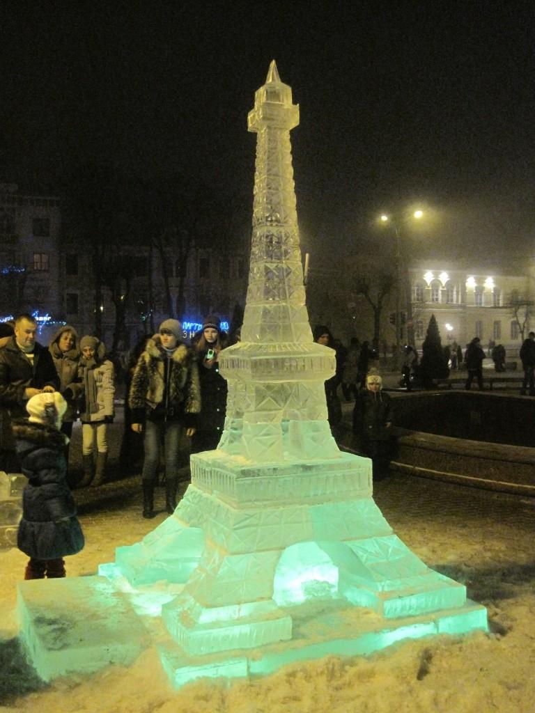 Эйфелева башня из льда