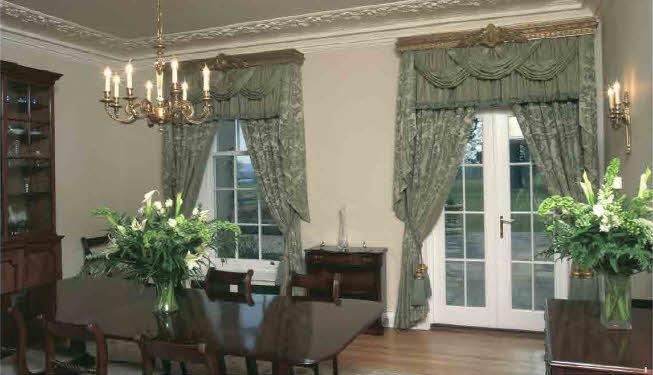 Оформить столовую в классическом особняке помогут роскошные портьеры с красивым сложным ламбрекеном.