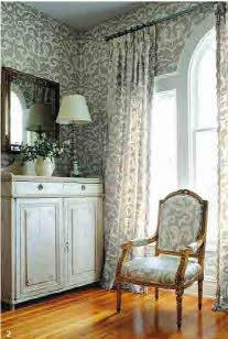 Подбор обоев и штор из коллекции позволяет создать замечательный фон для мебели Thibaut