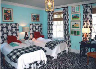 Эконом-вариант дизайна вполне подойдет для небольшой гостевой спальни в мансарде. Сочетание разных тканей сделает эту комнату оригинальной.