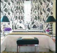 Изголовье кровати, занавески и обои одного рисунка - этого достаточно, чтобы подчеркнуть расположение кровати в спальне.