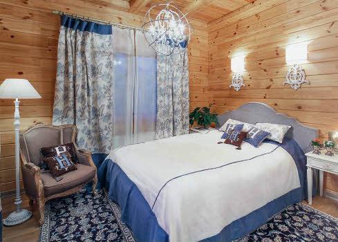 красивый дизайн спальни деревянного дома