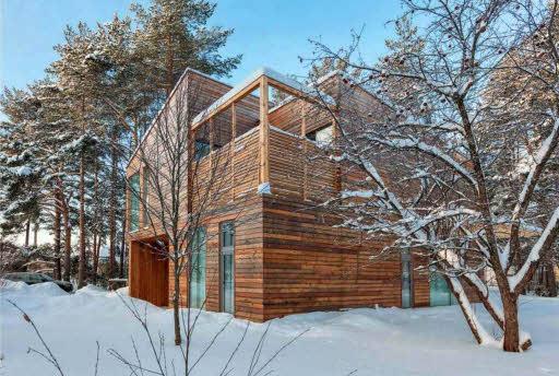 Авторам удалось построить выгодный с экономической точки зрения дом, отличающийся самобытностью, современный по архитектурным решениям и исполнению и по-настоящему комфортный. Строение не только не диссонирует с окружающей средой, но благодаря отделке лиственницей и простоте форм становится органичной частью ландшафта