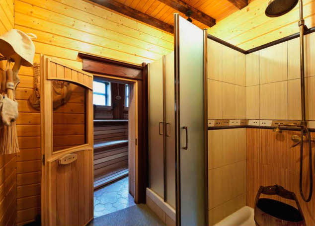 В зоне раздевалки и душе¬вой стены из соснового бруса скомбинированы с отделкой из керамической плитки и стеклянными дверьми. Терраса рядом с баней продолжается дорожками с деревянным настилом, ведущими к бере¬гу водохранилища
