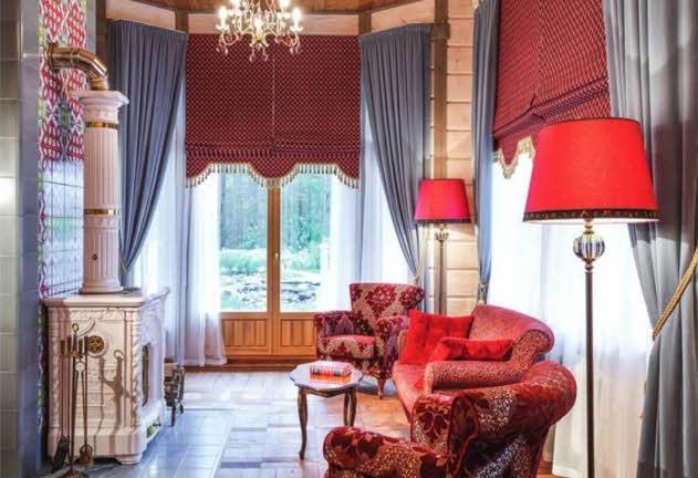 Расположенная за камином небольшая элегантная печь привносит в камерное пространство тепло и уют, делая его укромным местом для неспешного общения. Дополняют колоритный интерьер винтажные торшеры и мягкий диван. В предназначенной для спокойного комфортного отдыха и релаксации малой гостиной можно почитать любимую книгу — здесь находится небольшая библиотека