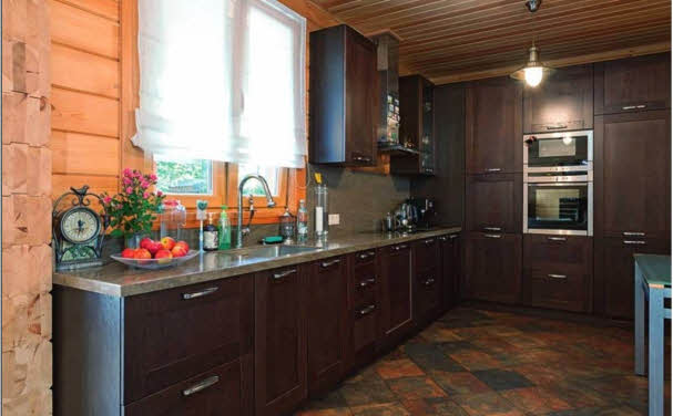 Небольшое пространство кухни организовано максимально рационально — задействован каждый квадратный сантиметр. Размещение рабочей зоны с гранитной столешницей у окна обеспечивает хорошие условия естественной освещенности. Этажи соединяет друг с другом компактная двухмаршевая лестница из массива древесины с удобной забежной ступенью