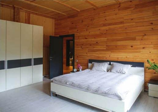 В спальне цветовую гамму интерьера задал мебельный гарнитур. Полы покрыты белым ламинатом
