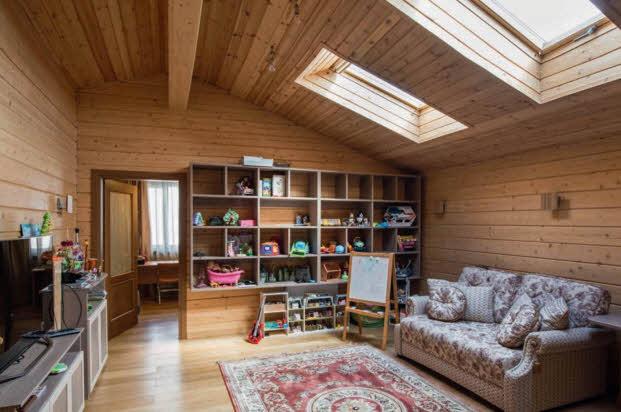 Детская комната на втором этаже хорошо освещается через мансардные окна, встроенные в крышу. Корпусная мебель для нее изготовлена на заказ. Зона детского кабинета выделена в отдельное помещение