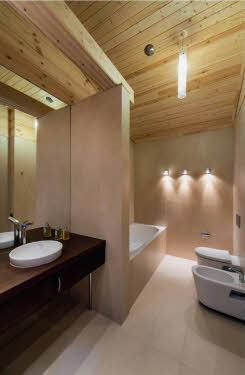 В оформлении санузла светлое натуральное дерево удачно скомбинировано с керамикой и современной сантехникой