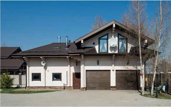 Покрытые белым лессирующим составом стены фасадов контрастируют с темно-коричневыми крышами, оконными рамами и дверями