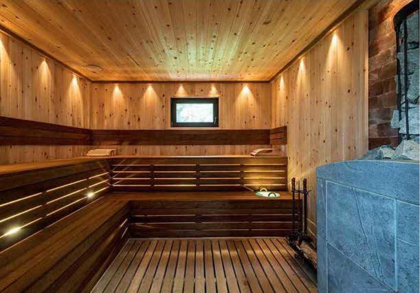 Стены и потолок сауны обшиты кедром, а полки выполнены из абаши. Финская печь Harvia с облицовкой из талькохлорита долго сохраняет тепло. Непрямое точечное освещение создает атмосферу полной релаксации.