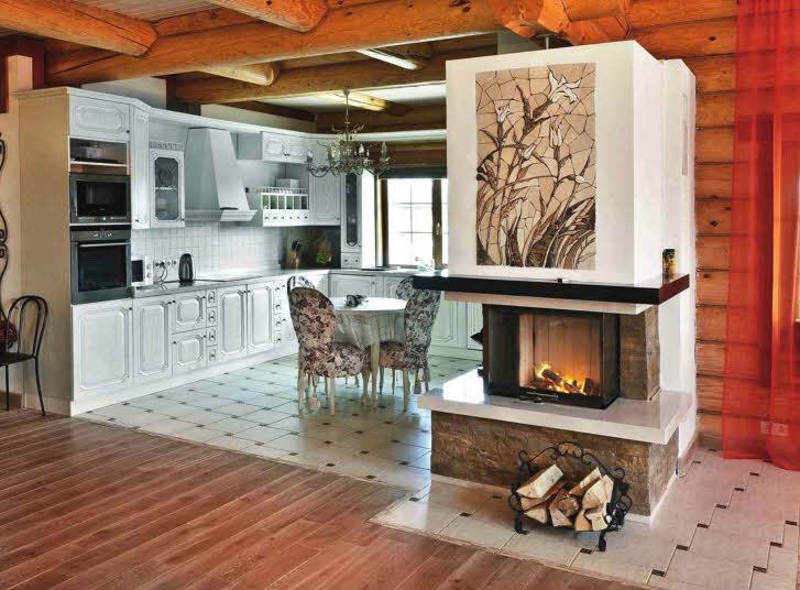 Дизайнерский камин с панорамным остеклением топки и облицованным камнем основанием объединяет гостиную с кухней. Панно с цветочным рисунком над каминной полкой выполнено из натурального мрамора разных оттенков