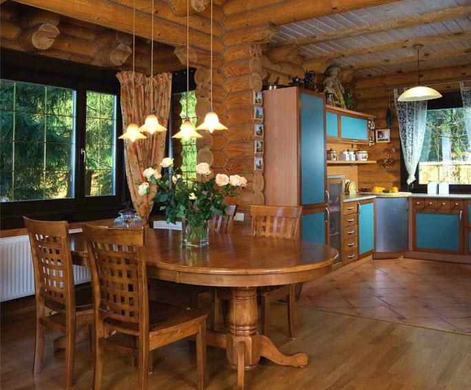 В кухонных шкафах предусмотрено множество выдвижных ящиков для столовых принадлежностей и малой бытовой техники. Рабочая поверхность находится в непосредственной близости от окна