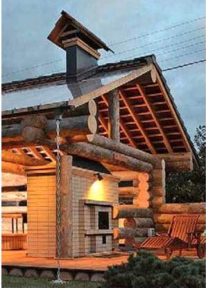 В конструкции крыши беседки органично сочетаются листы из прозрачного поликарбоната и цементно-песчаная черепица.