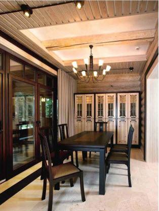 Из столовой первого этажа через раздвижные двери-витрины можно выйти на террасу и участок: один шаг — и ты уже на природе