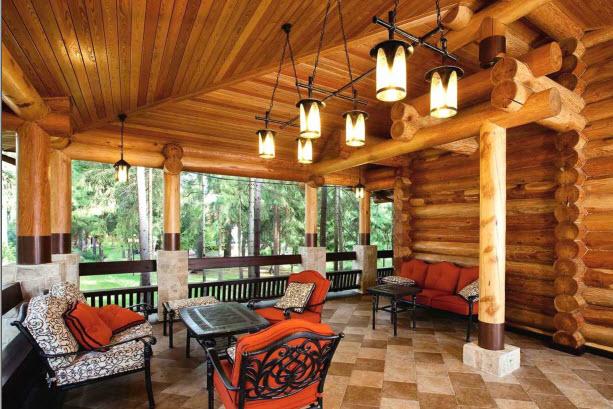 «Дом возведен из лиственничных бревен большого диаметра, обработанных вручную, — частично новых, частично взятых из старой постройки и восстановленных»