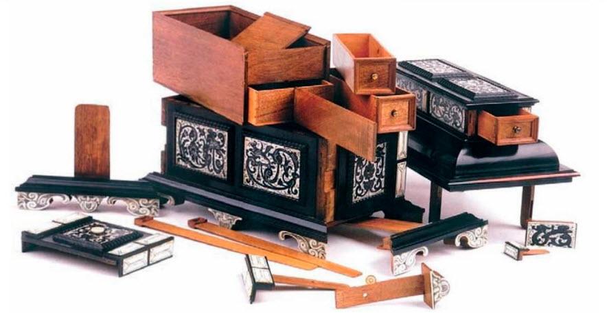 Небольшой трансформируемый ящик - пробное изделие на звание Мастера. Приписывается Ульриху Баумгартнеру. Аугсбург, около 1625 г. Клейма города Аугсбурга и «EBEN». Высота 17 см, ширина 23 см, глубина 12,5 см.