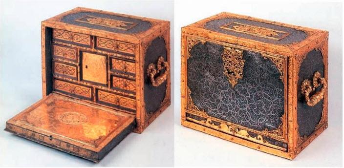 Ювелирный шкафчик-кабинет. Аугсбург, около 1560-1600 гг. Когда он открыт, фактически все, что можно видеть, представляет собой позолоченный металл, так что может создаться впечатление, что весь предмет сделан из этого материала. Однако его каркас изготовлен из дерева, так же как и ящики.