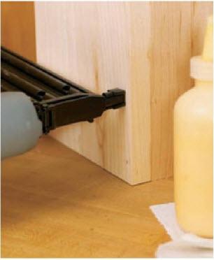 Пневматический гвоздезабивной пистолет-нейлер скрепляет соединение шпильками, не раскалывая древесину. Шпильки удерживают детали, пока клей схватывается.