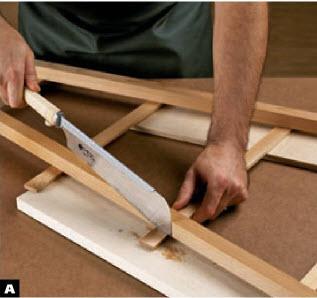 Переверните собранную боковину и подложите под нее обрезок доски. Мелкозубой пилой обрежьте выступающие концы накладок вровень с внешними гранями ножек.