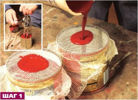 Перемешав смесь с помощью механического венчика, Кертис процеживает ее через марлю, чтобы избавиться от комочков, которые будет трудно удалить с поверхности после высыхания краски.