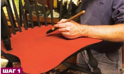 Кертис наносит тонкий слой черной патины поверх трех слоев красной краски. Состав должен быть жидким, чтобы под ним слегка проступал красный цвет.