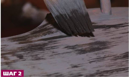 Затем нанесите еще более прозрачный слой черной патины. Кончики щетинок кисти должны оставлять на поверхности мазки с рваными краями.