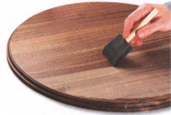 Чтобы усилить глубину цвета и подчеркнуть красоту текстуры ореховой древесины, нанесите слой политуры. Большие поверхности удобнее обрабатывать губкой, а не тканью.