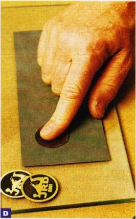 Аэрозольным клеем закрепите наждачную бумагу № 600 для мокрой шлифовки на куске стекла, которым прижимали пленку. Чтобы вставка не выскальзывала из-под пальцев, наклейте на ее заднюю сторону кусок скотча.