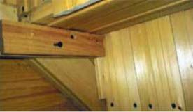 Изнанка лестницы. Слева видна тетива (наклонная). К ней привернут шурупами брусок (горизонтальный). На бруске лежит ступень (перпендикулярно тетиве). Слева изнанка подступенка.